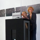 Rūta Mickienė su dukra Meda radijo triukšmo vizualizacijų fone.